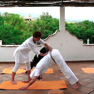Für Lehrer: Taktiles Anleiten im Yoga